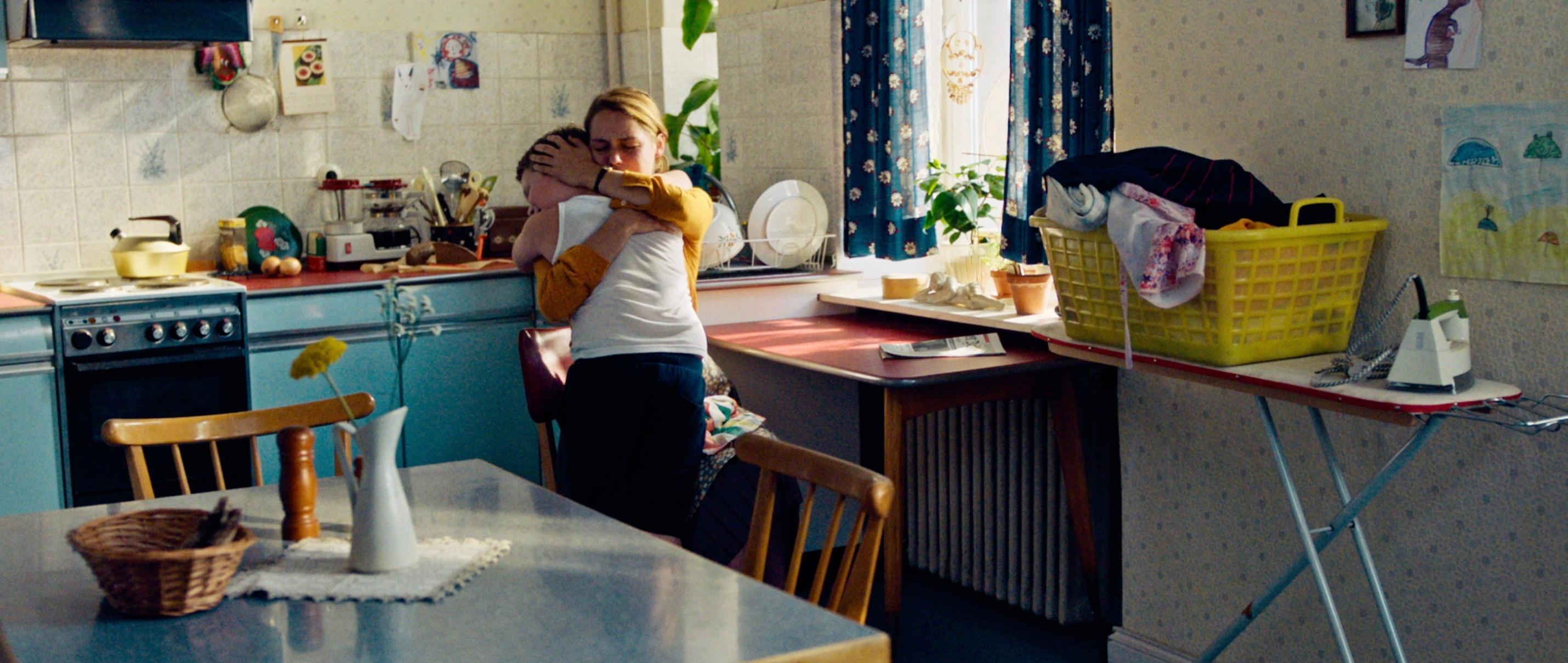 Der Junge muss an die frische Luft - all about me - Hape in den Armen seiner Mama - Regie Caroline Link - Kamera Judith Kaufmann