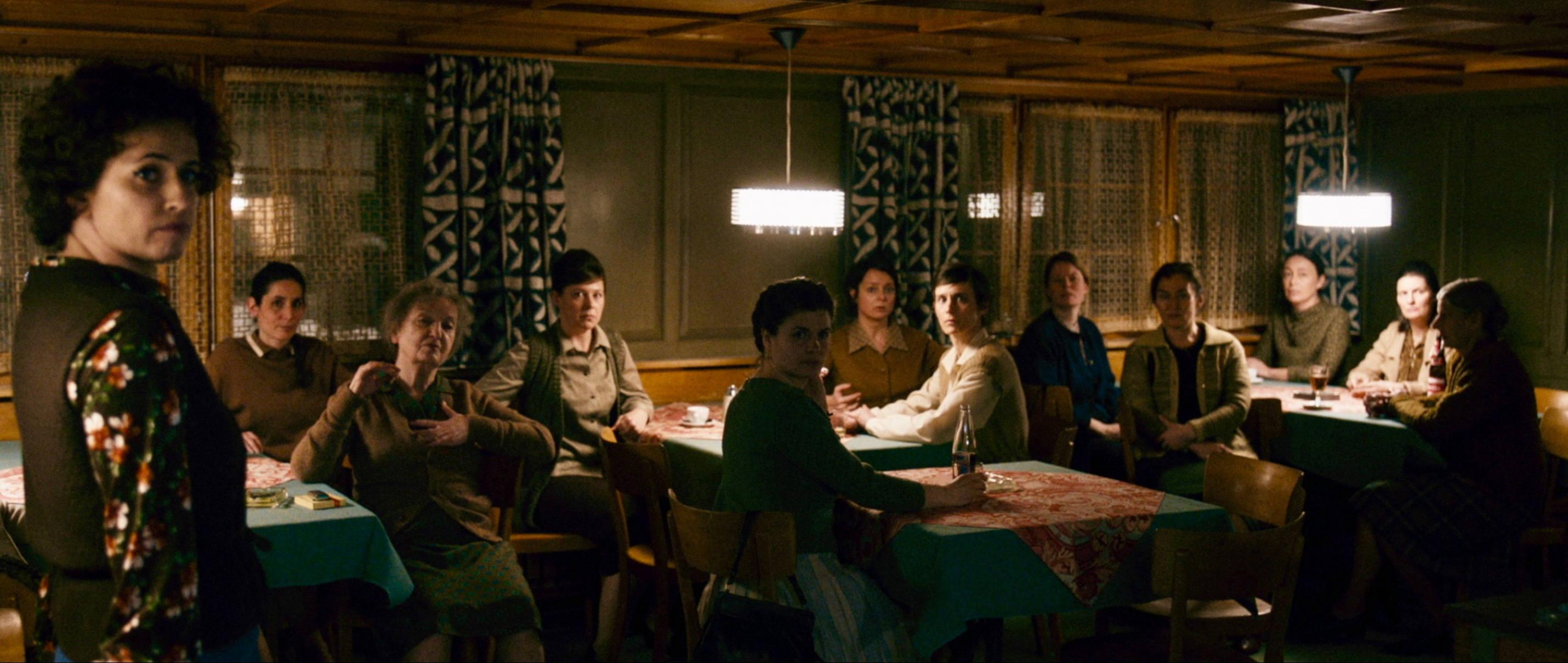 Die göttliche Ordnung - The Divine Order - Die Frauen diskutieren im Wirtshaus - Regie Petra Volpe - Kamera Judith Kaufmann