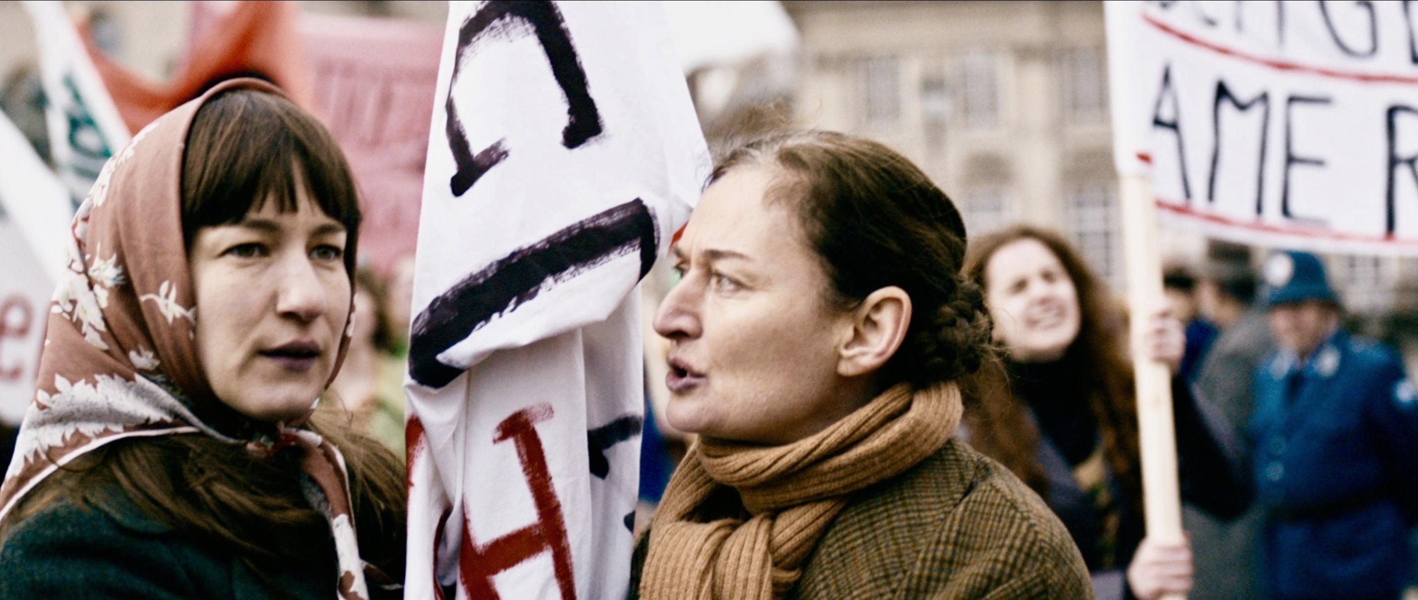 Die göttliche Ordnung - The Divine Order - auf der Demo - Frauenmarsch für das Frauenwahlrecht - Regie Petra Volpe - Kamera Judith Kaufmann