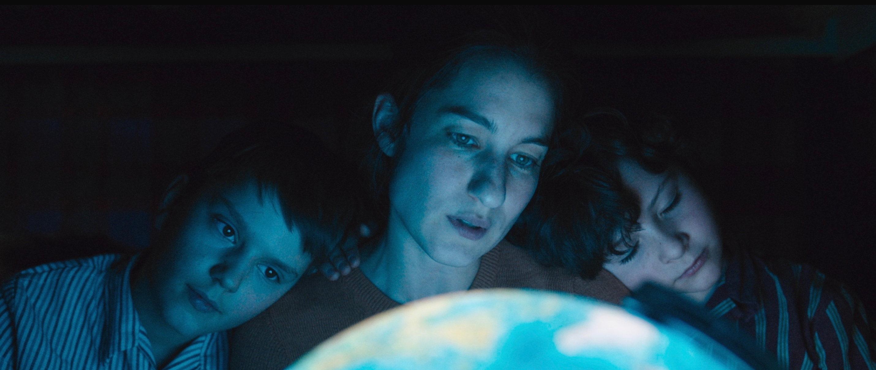 Die göttliche Ordnung - The Divine Order - Nora mit ihren Söhnen - Regie Petra Volpe - Kamera Judith Kaufmann
