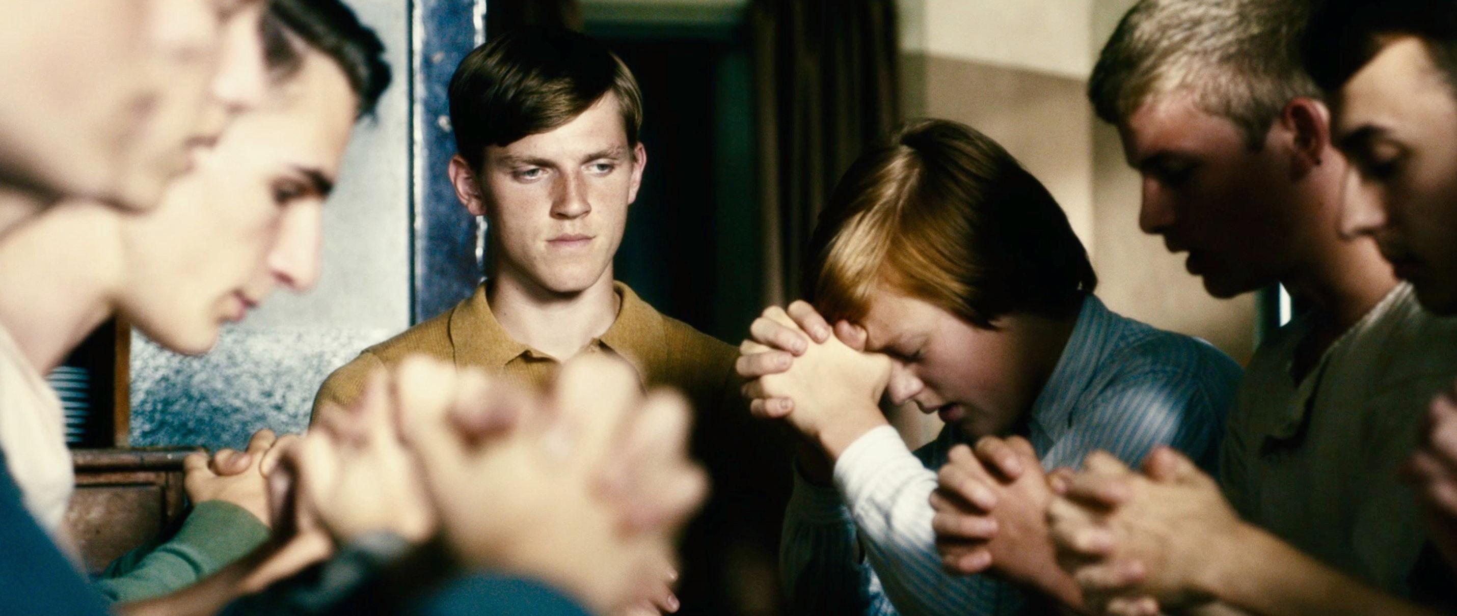 Freistatt - Freistatt - die Jungen stehen im Kreis und beten - Regie Marc Brummund - Kamera Judith Kaufmann