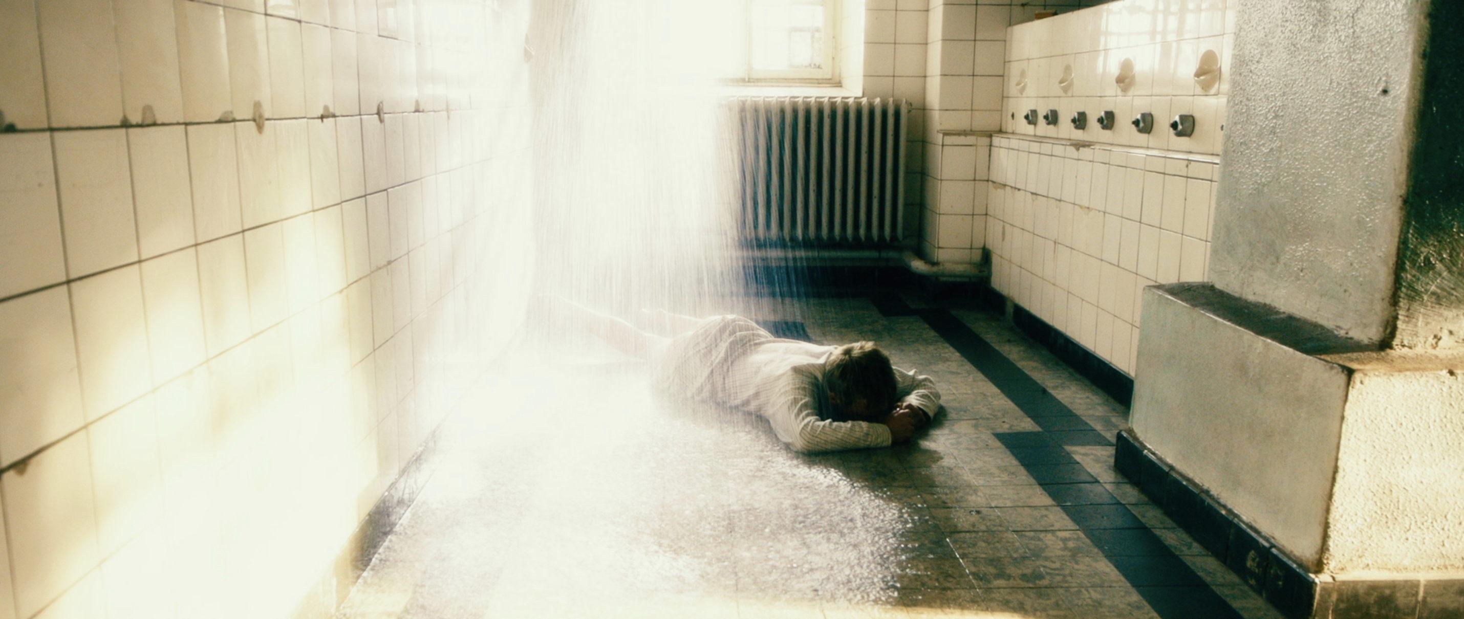 Freistatt - Misshandlung - Wolfgang liegt auf dem Boden - Regie Marc Brummund - Kamera Judith Kaufmann
