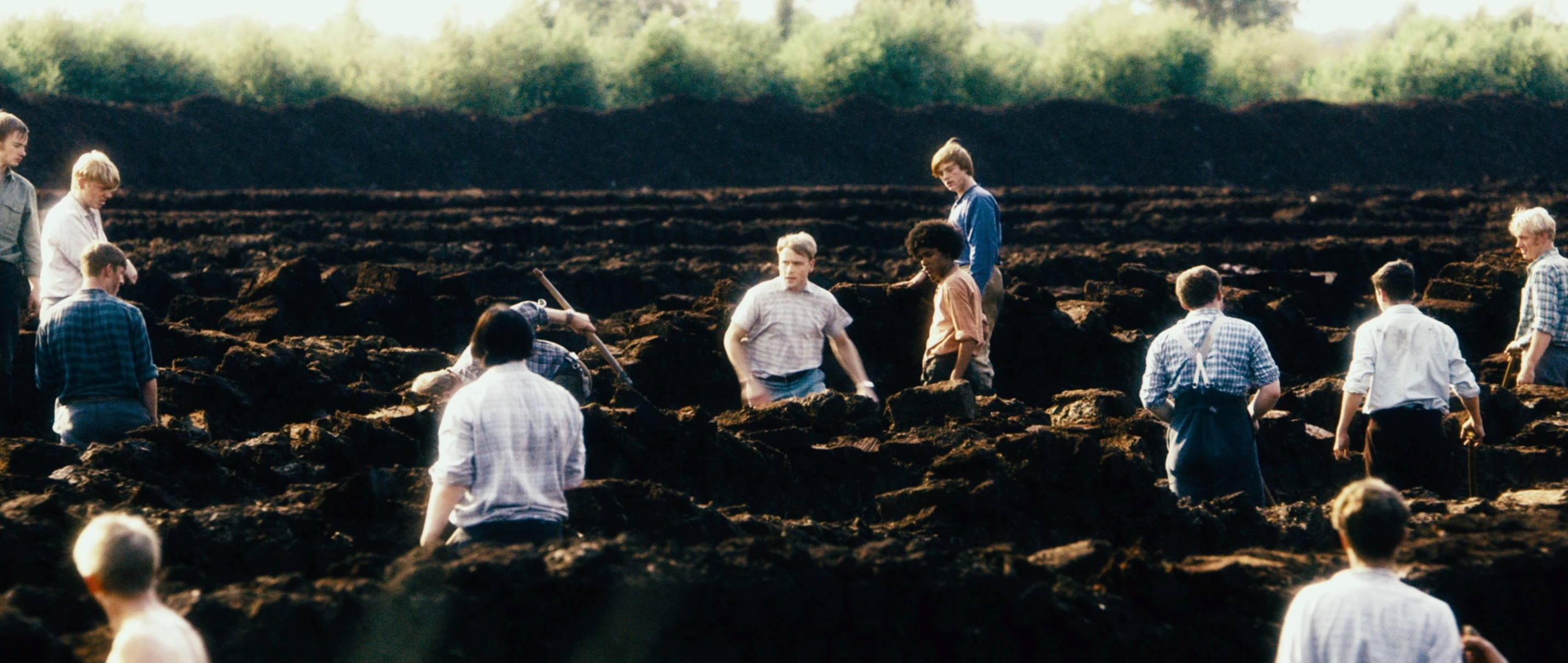 Freistatt - Misshandlung - Schuften beim Torf stechen - Regie Marc Brummund - Kamera Judith Kaufmann