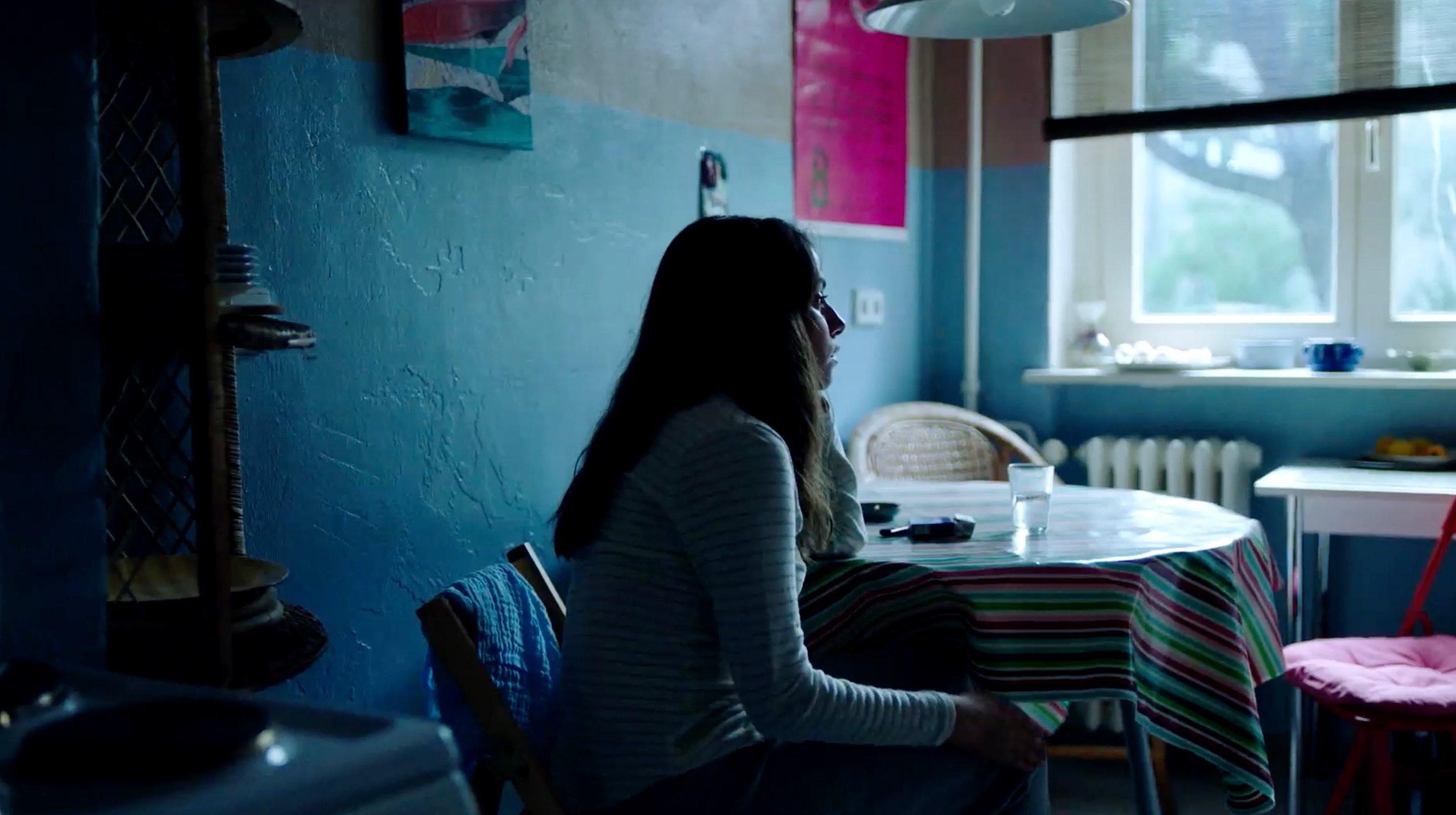 Nur eine Frau - A Regular Women - Aynur in ihrer eigenen Wohnung - Regie Sherry Hormann - Kamera Judith Kaufmann