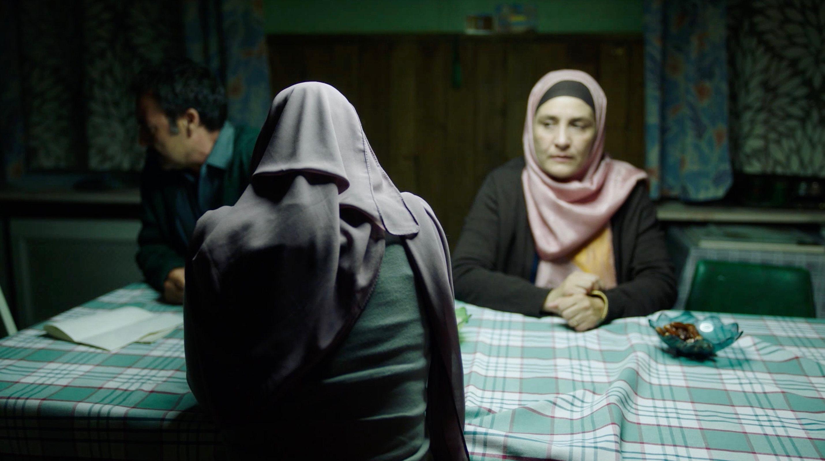 Nur eine Frau - A Regular Women - Aynur und Mutter Deniya (Meral Perin) und Vater Rohat (Mürtüz Yolcu) - Regie Sherry Hormann - Kamera Judith Kaufmann