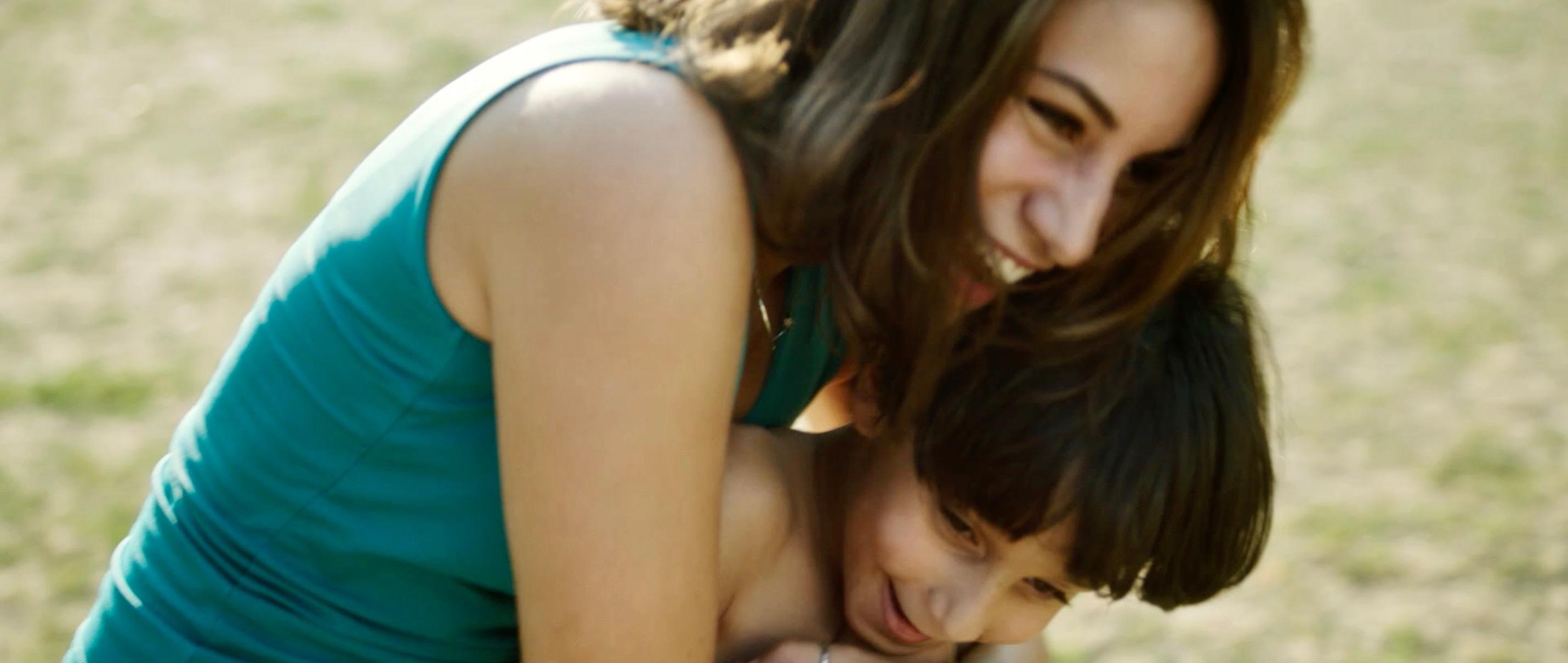 Nur eine Frau - A Regular Women - Aynur und Sohn Can haben Spaß - Regie Sherry Hormann - Kamera Judith Kaufmann