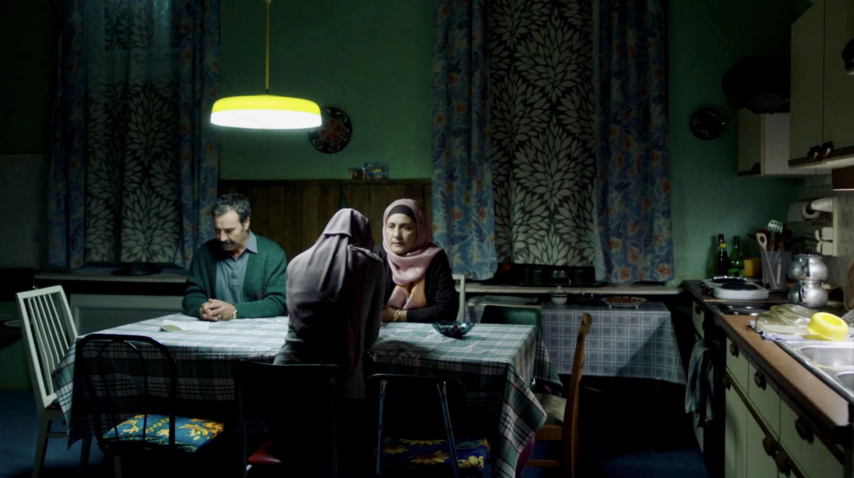 Nur eine Frau - A Regular Women - Aynur diskutiert mit ihren Eltern - Regie Sherry Hormann - Kamera Judith Kaufmann