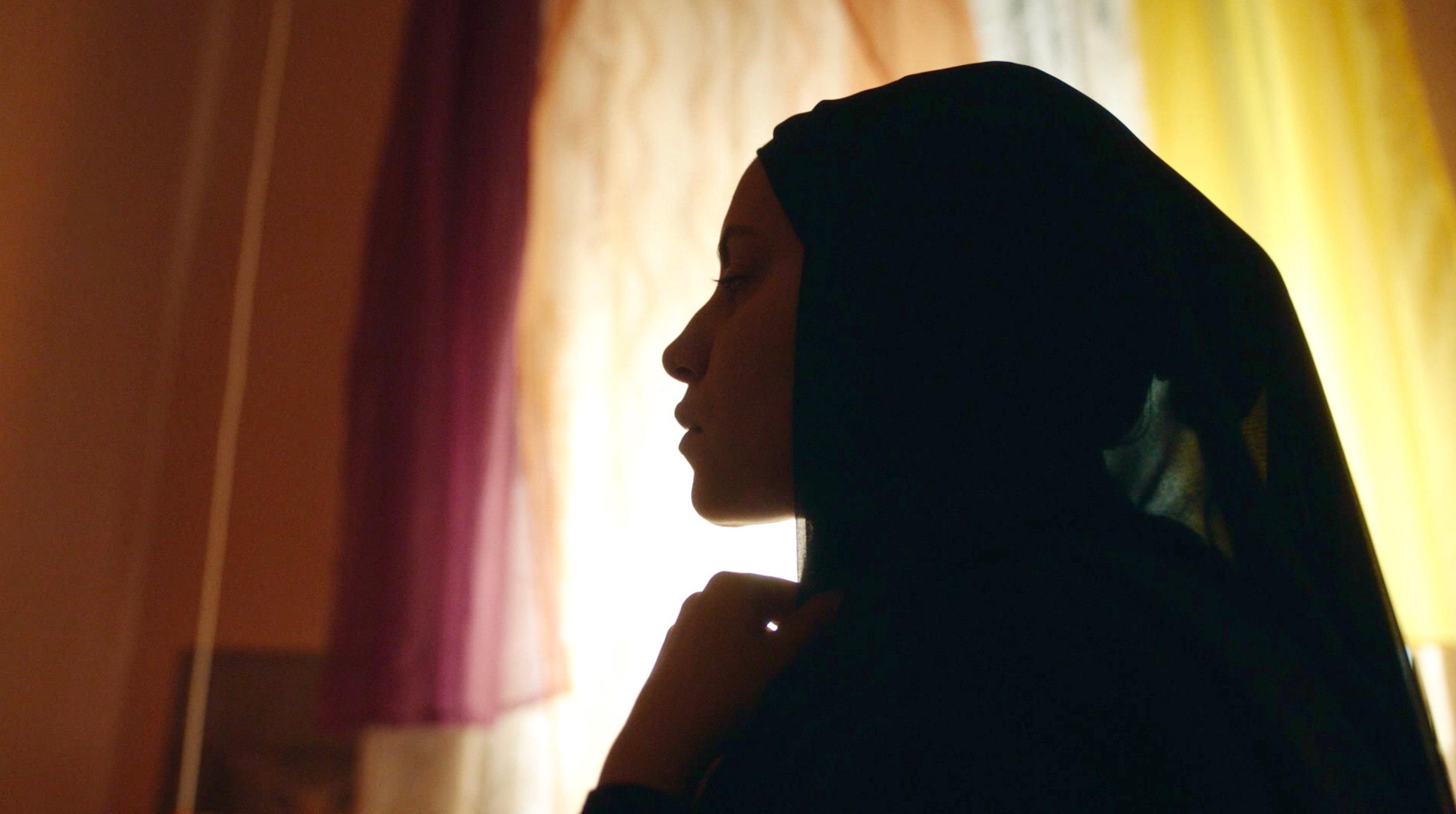 Nur eine Frau - A Regular Women - Aynur mit langem schwarzen Kopftuch - Profilansicht - Regie Sherry Hormann - Kamera Judith Kaufmann