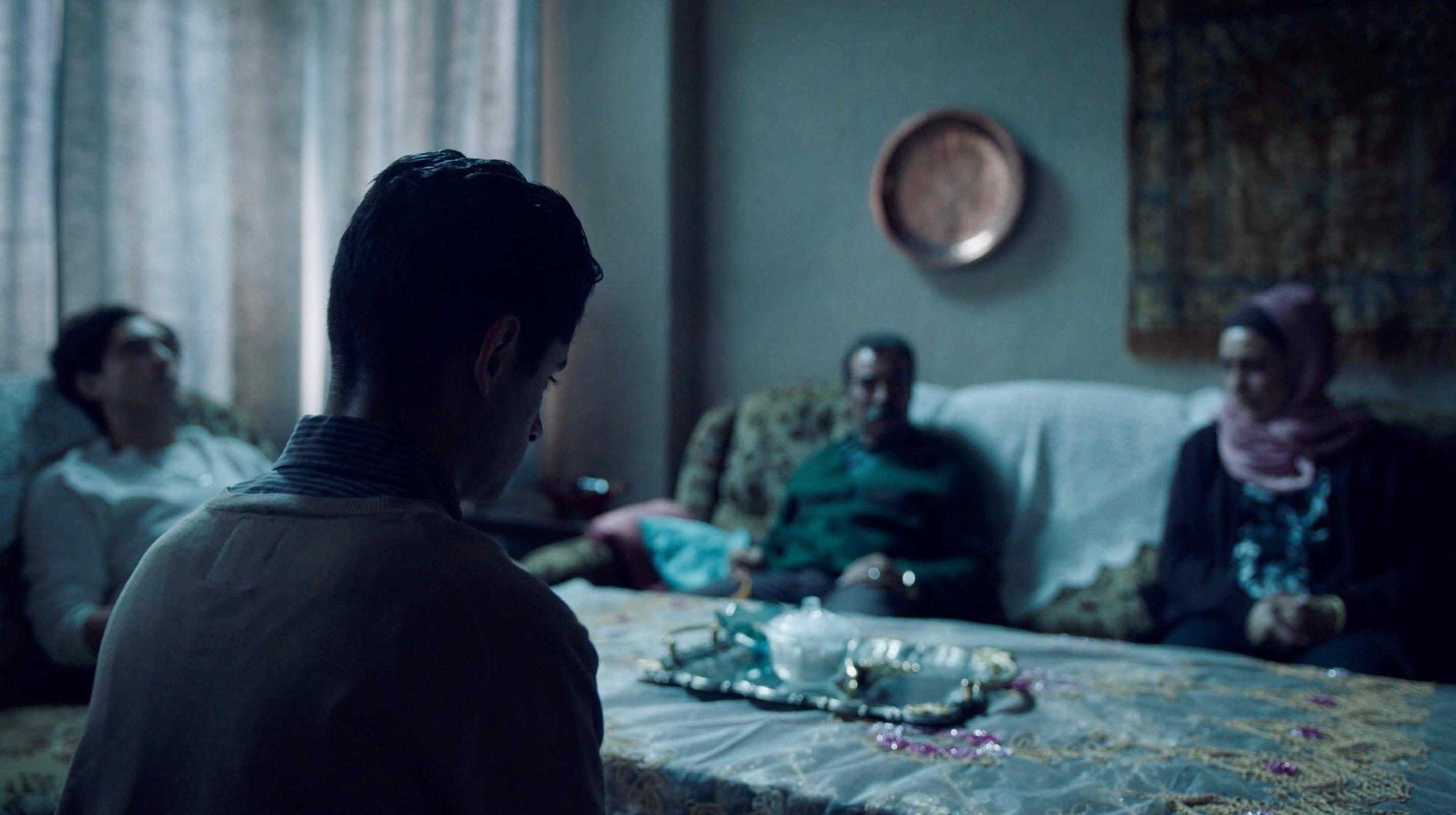 Nur eine Frau - A Regular Women - Aynurs Eltern und Brüder im Wohnzimmer - Regie Sherry Hormann - Kamera Judith Kaufmann