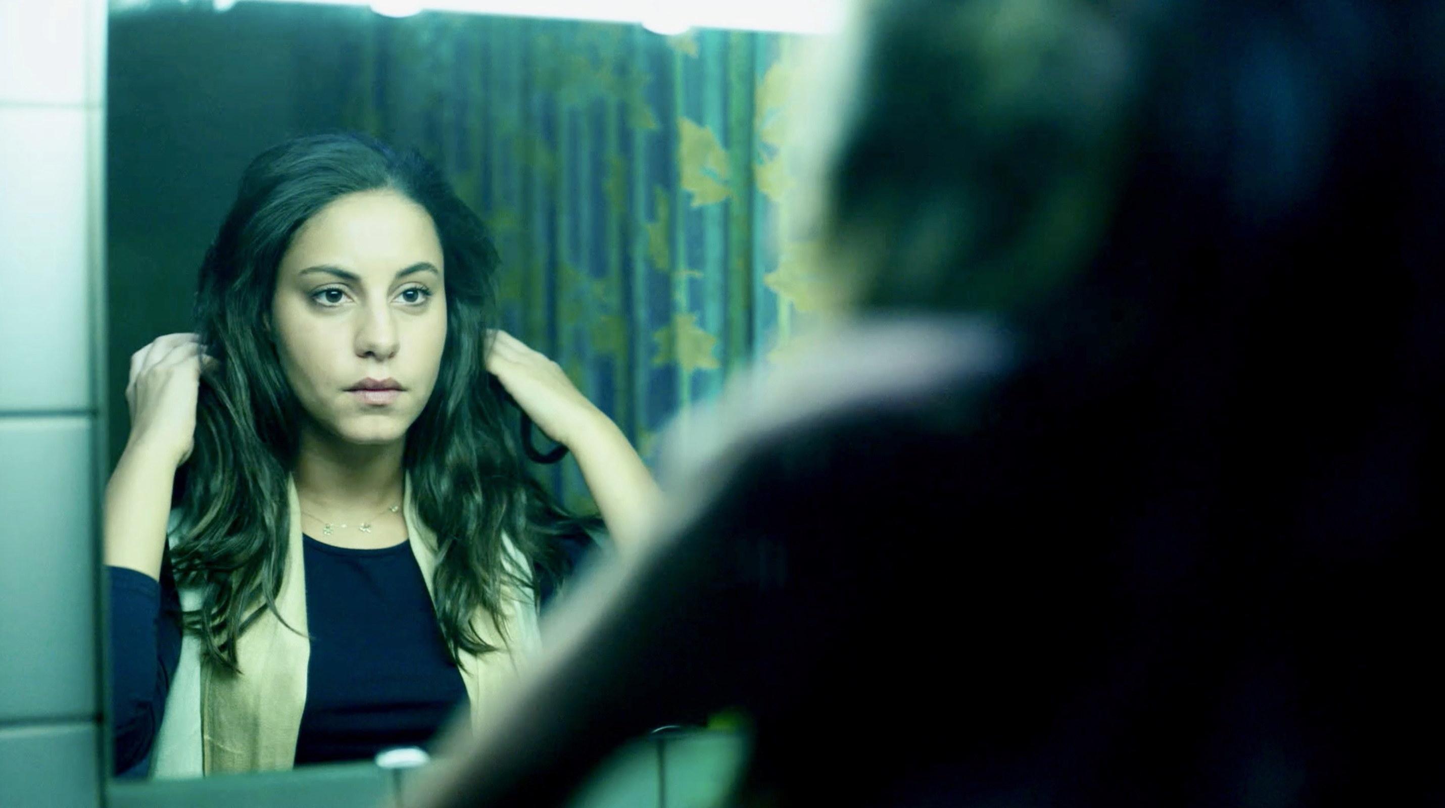 Nur eine Frau - entschlossen legt Aynur ihr Kopftuch ab - Regie Sherry Hormann - Kamera Judith Kaufmann