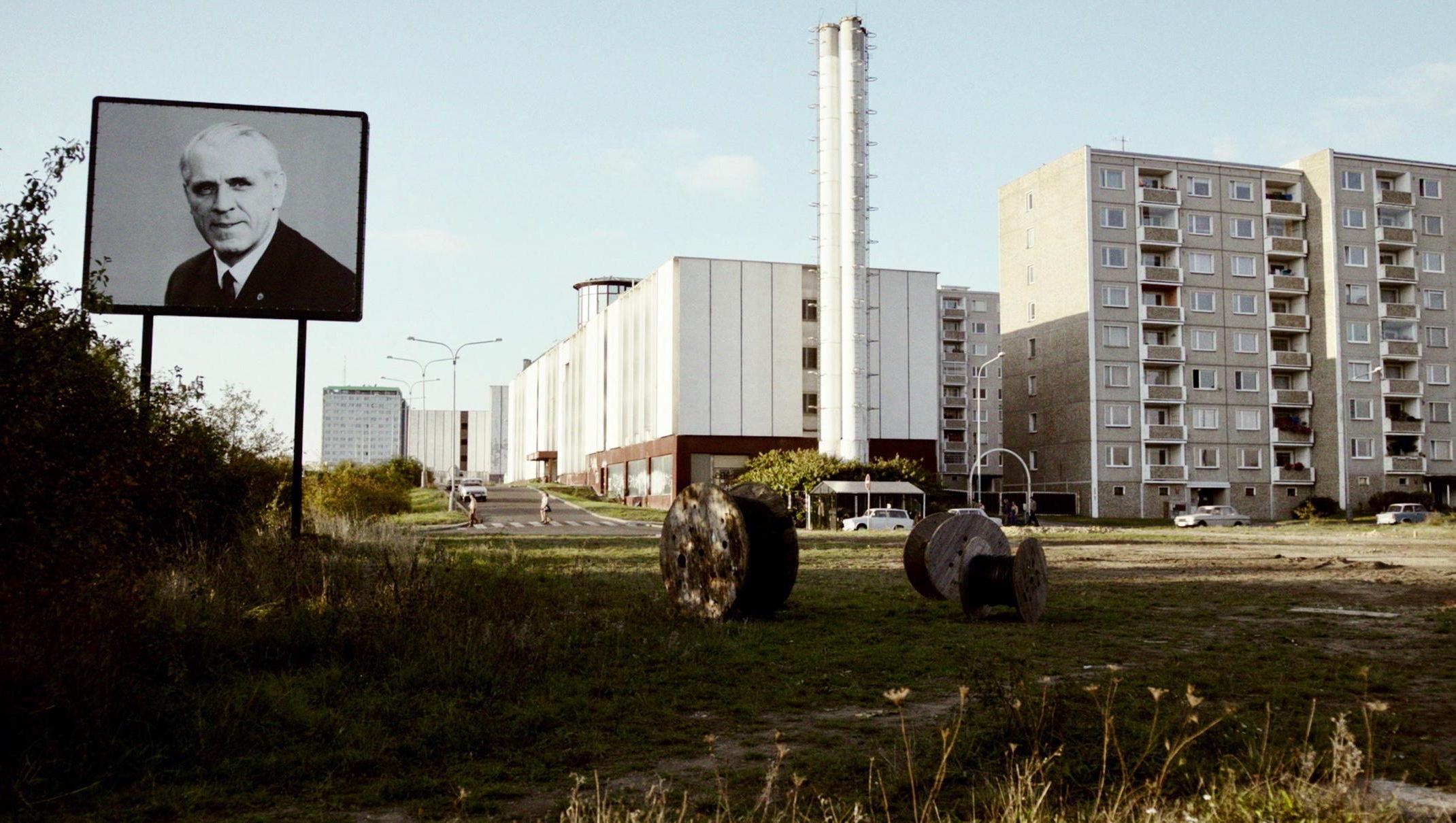 the same sky - Der Gleiche Himmel - Regie Oliver Hirschbiegel - Kamera Judith Kaufmann - Plattenbau - Originalbild