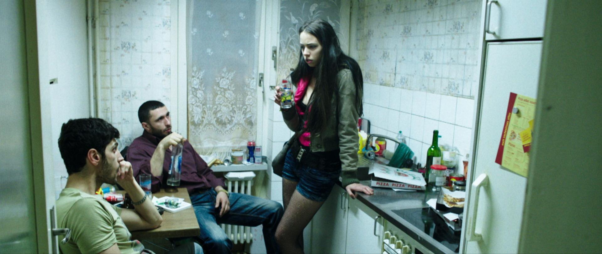 Traumland - Dreamland - Mia in der Küche mit Ihrem Freund und Zuhälter - Regie Petra Volpe - Kamera Judith Kaufmann