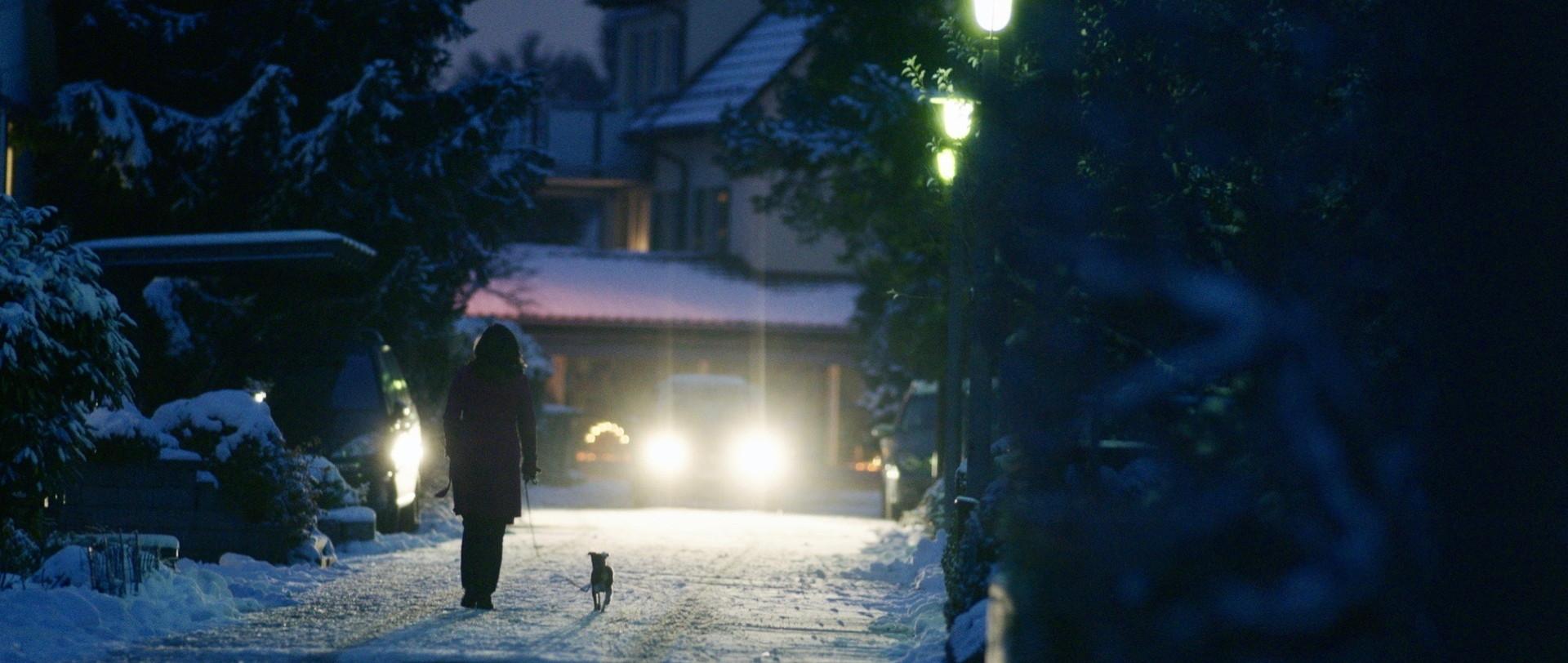 Traumland - Dreamland - Mia mit Hündchen Nachts im Schnee - Regie Petra Volpe - Kamera Judith Kaufmann