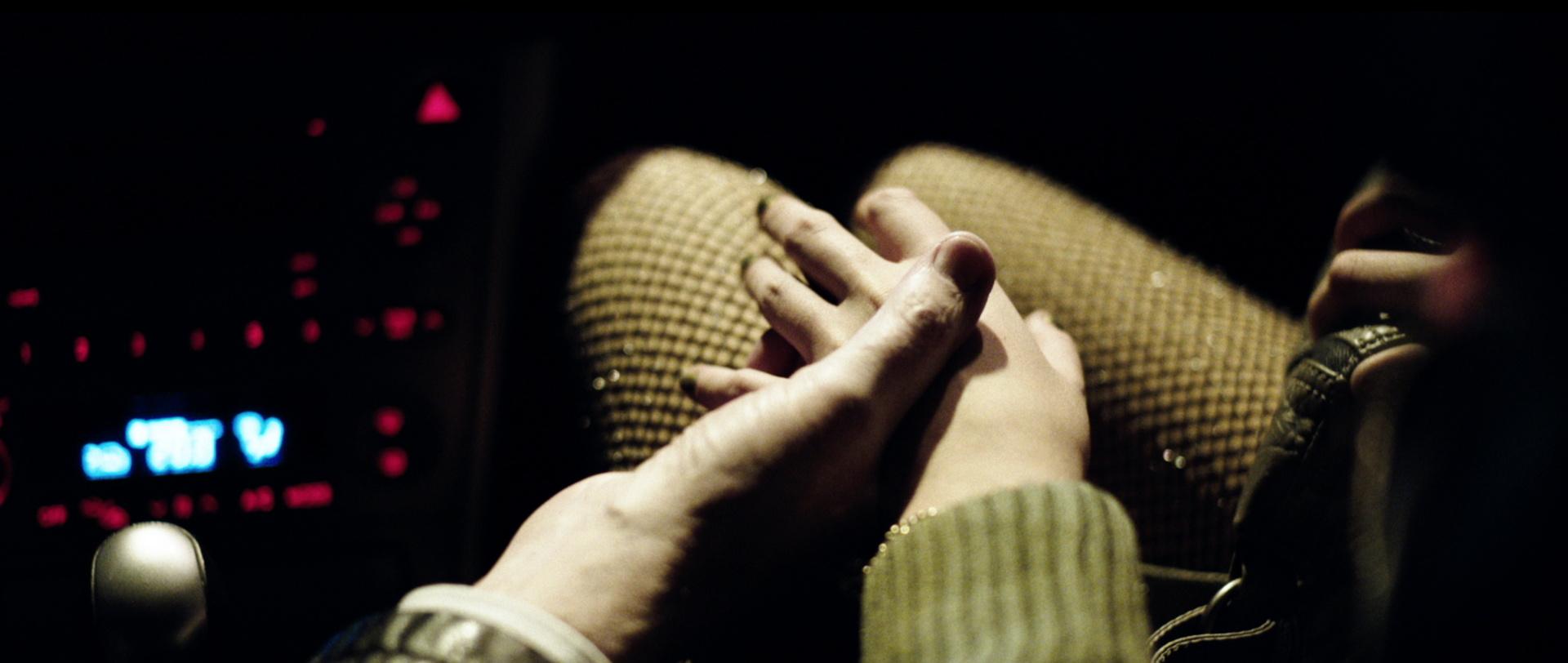Traumland - Dreamland - Mia (Luna Mijovic) mit Netzstrumpfhose im Auto eines Freiers - Regie Petra Volpe - Kamera Judith Kaufmann