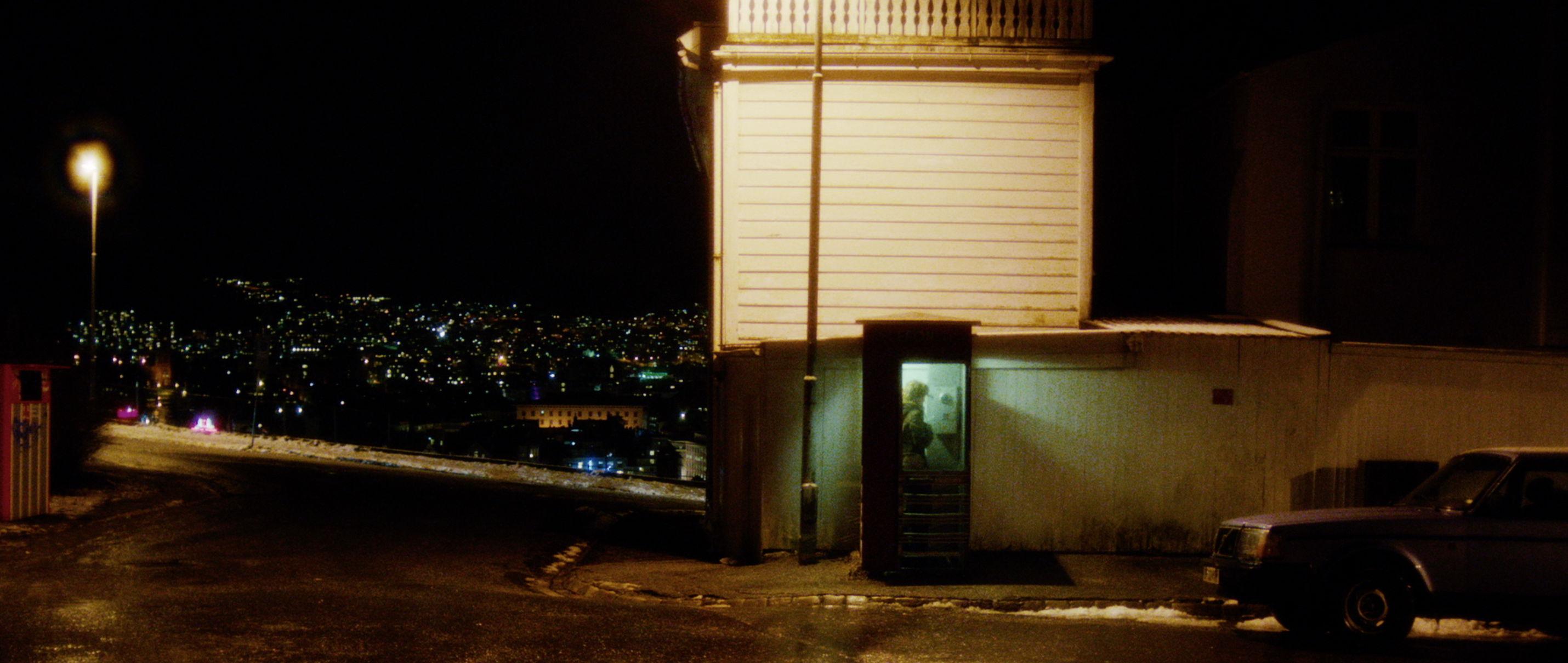 Zwei Leben - Two Lives - Katrine Nachts in einer Telefonzelle - Regie Georg Maas - Regie und Kamera Judith Kaufmann