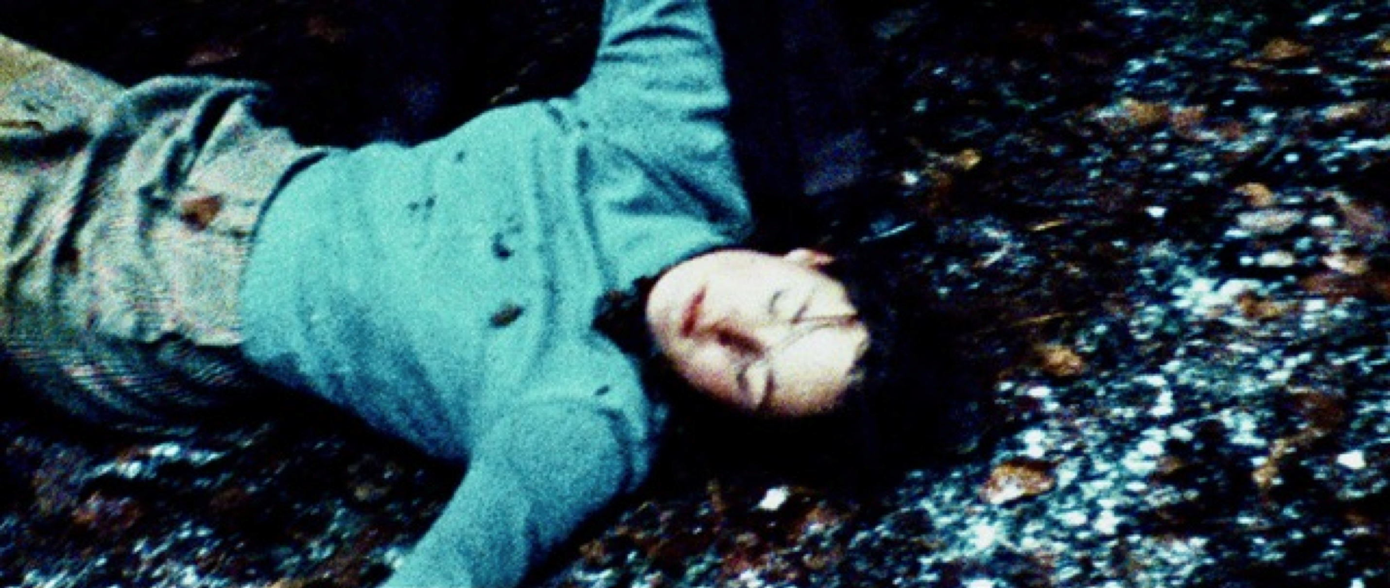 Zwei Leben - Two Lives - Kathrin Lehnhaber liegt tot auf dem Waldboden - Regie Georg Maas - Regie und Kamera Judith Kaufmann