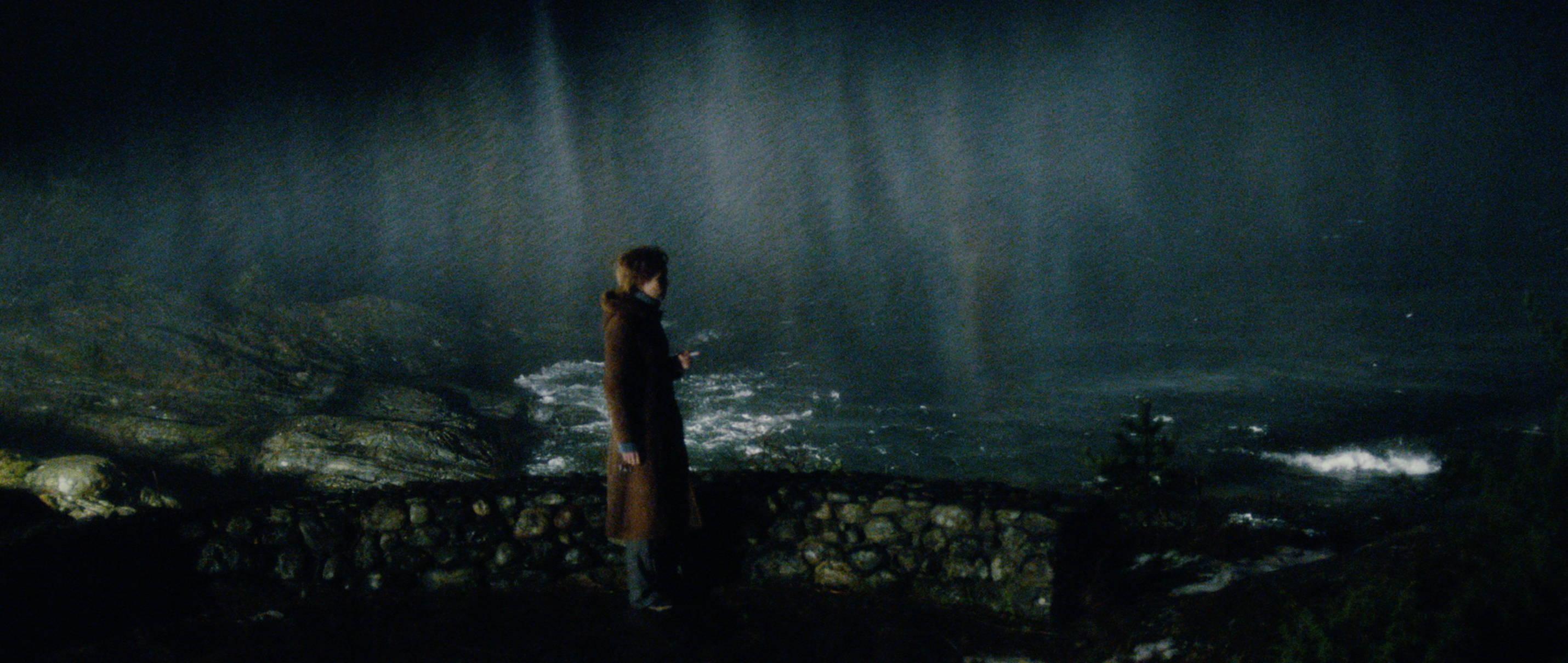 Zwei Leben - Two Lives - Katrine Nachts am Meer - Regie Georg Maas - Regie und Kamera Judith Kaufmann