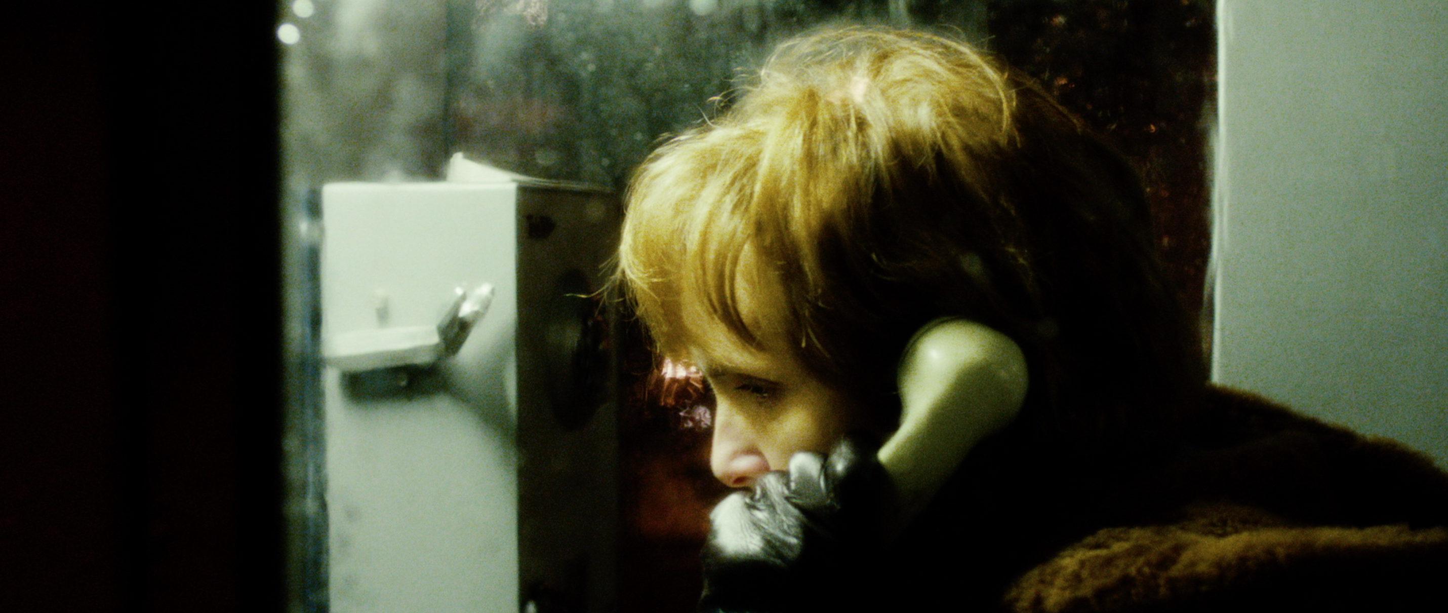 Zwei Leben - Two Lives - Katrine telefoniert - Regie Georg Maas - Regie und Kamera Judith Kaufmann