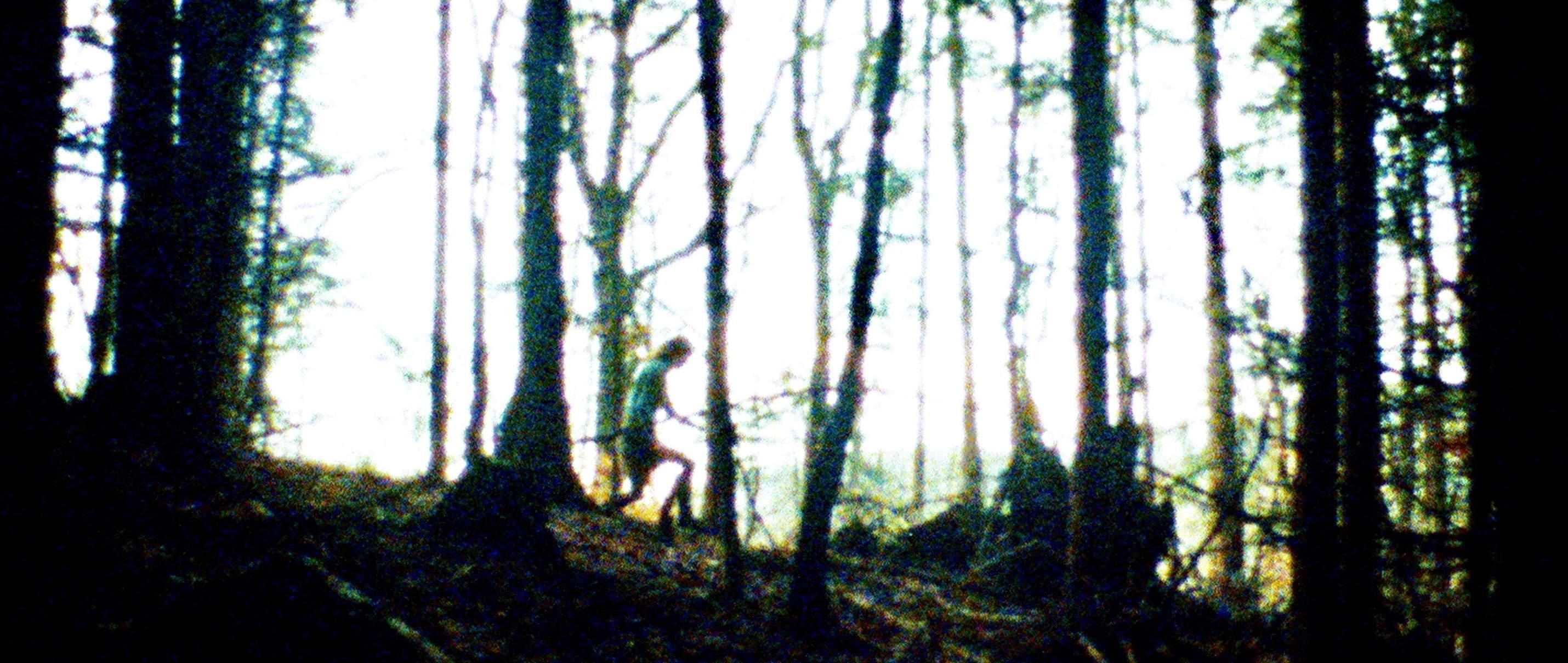 Zwei Leben - Two Lives - Szenenbild im Wald - Regie Georg Maas - Regie und Kamera Judith Kaufmann