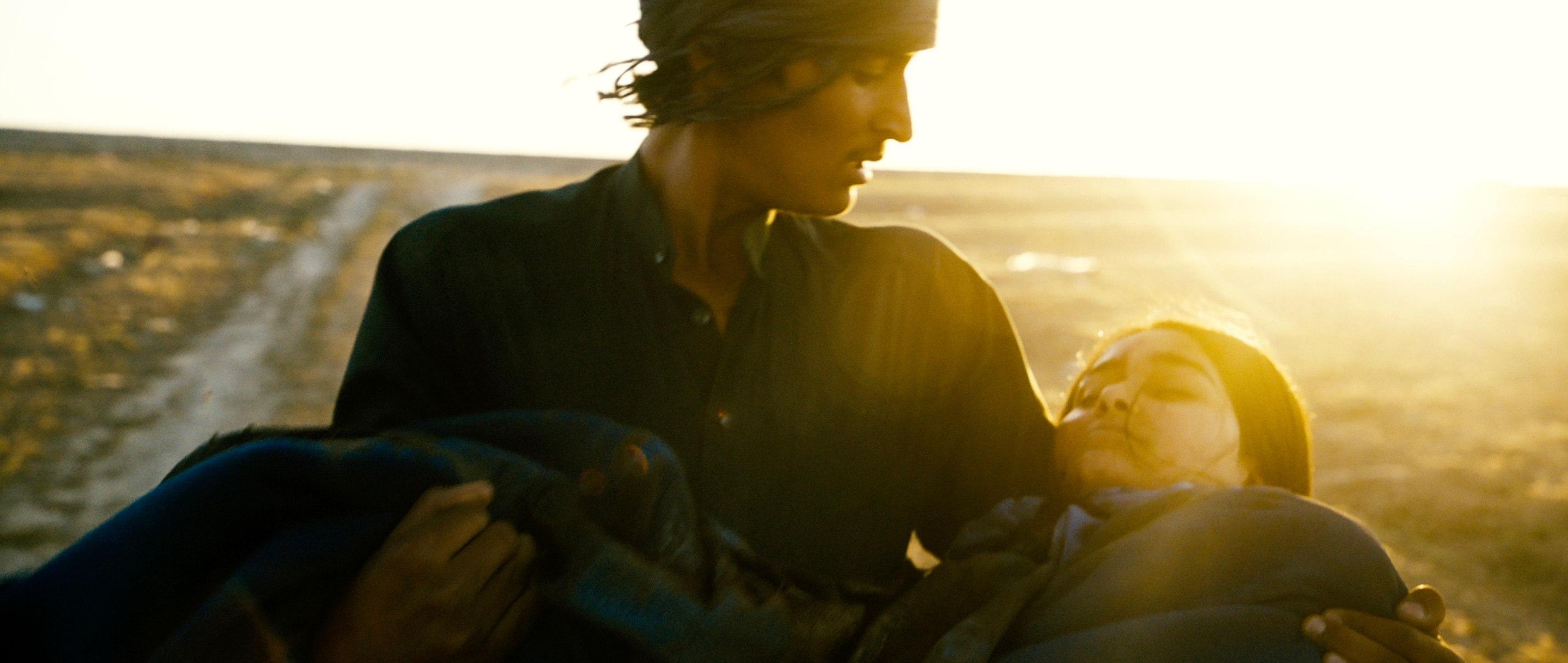 Zwischen Welten - Inbetween Worlds - Tarik trägt seine schwer verletzte Schwester Nala - Regie Feo Aladag - Kamera Judith Kaufmann